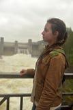 tonårig flicka på bakgrund av kraftverket i Imatra Arkivbild