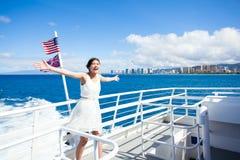 Tonårig flicka på kryssningskeppet i den Waikiki fjärden, Honolulu, Hawaii arkivbild