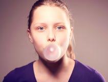 Tonårig flicka som blåser bubblan Arkivbilder