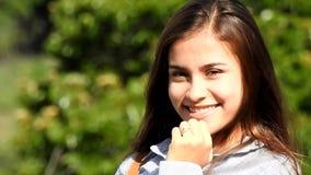 Tonårig flicka som blinkar och kysser lager videofilmer