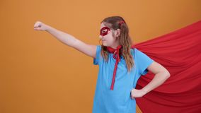 Tonårig flicka som en superhero som är klar att flyga till himlen arkivfilmer