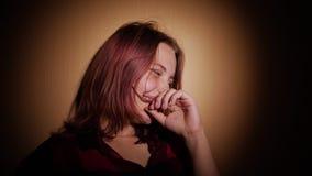 Tonårig flicka som har gyckel och gör roliga framsidor, slowmo för 4K UHD stock video