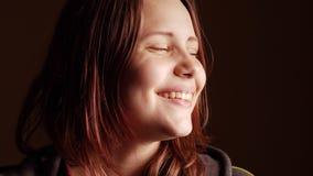Tonårig flicka som har gyckel och gör roliga framsidor, slowmo för 4K UHD arkivfilmer