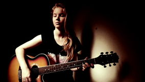 Tonårig flicka som hemma spelar gitarren stock video