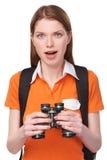Tonårig flicka som ser till och med kikare royaltyfri bild