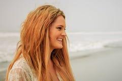 Tonårig flicka som skrattar vid vattnet Arkivbild