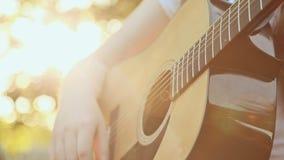 Tonårig flicka som spelar den akustiska gitarren, slut upp stock video
