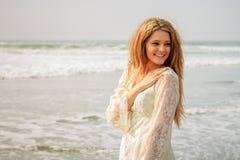 Tonårig flicka som tillbaka ser i vågorna Royaltyfria Bilder
