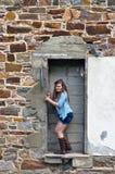 Tonårig flicka utanför gammal byggnad Royaltyfria Foton
