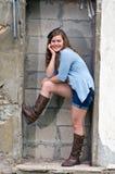Tonårig flicka utanför gammal stenbyggnad Arkivfoton