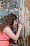 Tonårig flicka utanför gammal stenbyggnad Royaltyfria Foton