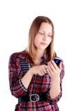 Tonårig flickabruksmobiltelefon Fotografering för Bildbyråer
