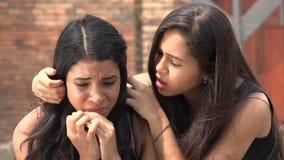 Tonårig flickagråt med vännen lager videofilmer