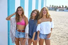 Tonårig flickagrupp för bästa vän som är lycklig i sommar arkivbild