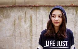 Tonårig flickastående med en huv Royaltyfri Fotografi