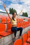 Tonårig flickasupporterfan på stadionleken fotografering för bildbyråer