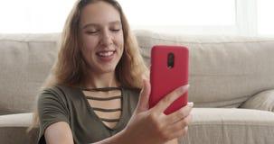 Tonårig flickavideo som pratar genom att använda mobiltelefonen lager videofilmer