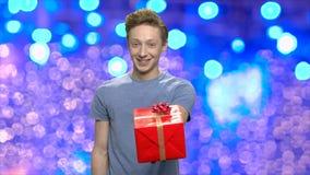 Tonårig grabb som ger julgåvan arkivfilmer