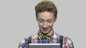 Tonårig grabb som har online-konversation stock video