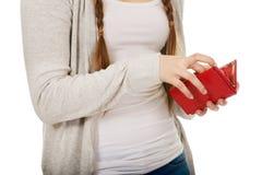 Tonårig kvinna med en plånbok Royaltyfria Foton