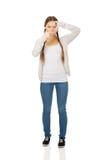 Tonårig kvinna med ramgest Arkivfoton