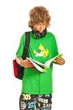 Tonårig läsning för skolpojke Royaltyfria Bilder