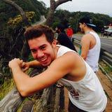 Tonårig man för leendeglädjeskratt royaltyfria bilder