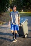 Tonårig man - ta ut avfallet Arkivbilder