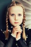 Tonårig modeflicka, flätade trådar och makeup Arkivfoton
