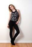 Tonårig modellbenägenhet för mode på väggen Arkivfoton