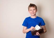 Tonårig och besparingbegrepp för finanser, för barndom, Lyckliga tonåriga pojkewi arkivbilder