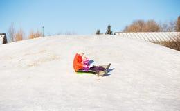Tonårig och för litet barn sledding Royaltyfri Bild