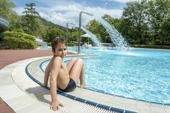 tonårig pojke i en simbassäng Arkivfoto