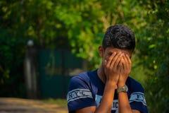 Tonårig pojke i grön bakgrund arkivfoton