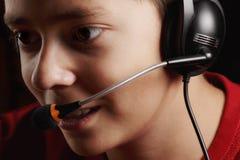 Tonårig pojke i hörlurar med mikrofon Arkivbilder