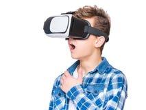 Tonårig pojke i VR-exponeringsglas Arkivfoto