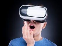 Tonårig pojke i VR-exponeringsglas Fotografering för Bildbyråer