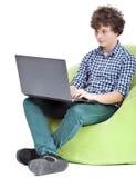 Tonårig pojke med anteckningsboken Arkivbilder