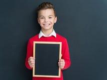 Tonårig pojke med den lilla svart tavla Fotografering för Bildbyråer