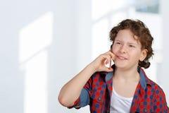 Tonårig pojke på mobiltelefonen Arkivfoton
