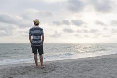 Tonårig pojke på stranden Arkivbilder