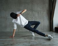 Tonårig pojke som gör breakdancing Royaltyfri Fotografi