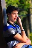 Tonårig pojke som meddelar Fotografering för Bildbyråer