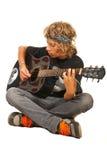 Tonårig pojke som spelar den akustiska gitarren Arkivfoto