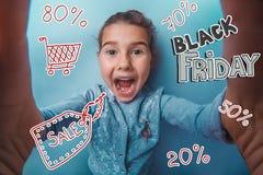 Tonårig shopping för försäljning för flickaBlack Friday rabatt Arkivbild
