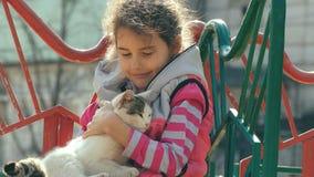 Tonårig slå katt för flicka på det frialekplats lager videofilmer