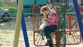Tonårig slå lekplatskatt för flicka på utomhus lager videofilmer