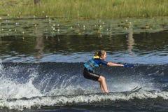 Tonårig vattenskidåkning för flicka Arkivbild