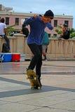 Tonåriga åka skridskor görande trick royaltyfria foton