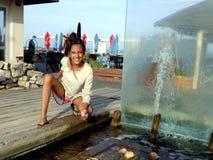 Tonåriga 11 år med en springbrunn i en brunnsort Royaltyfri Foto